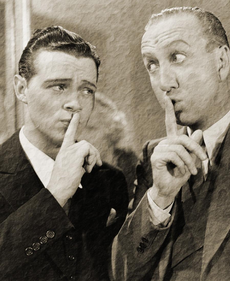 Zwei Männer auf einem Vintage Bild, die ein Geheimnis haben
